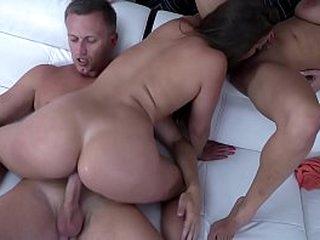 Anissa Kate, offre à son compagnon le trou du cul d'Amirah Adara à sodomiser.